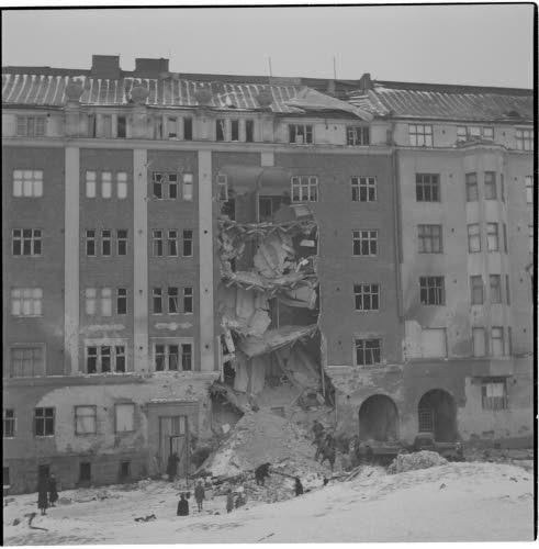 Talo pommituksen jälkeen 1944