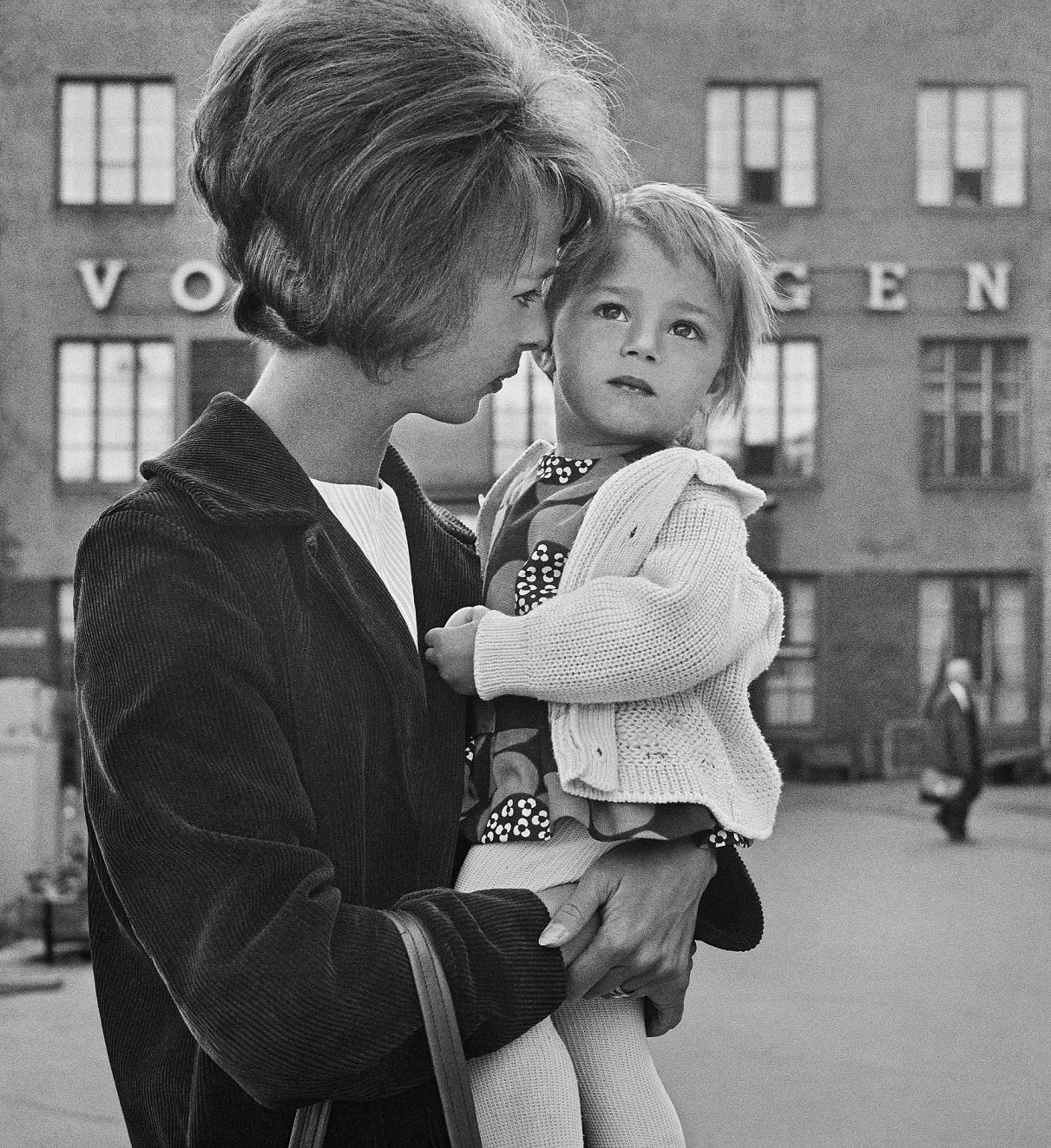 Aikuinen ja lapsi Helsingin rautatieasemalla 1967
